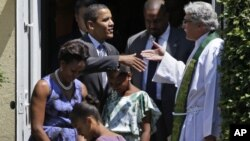 El reverendo Luis León despide al presidente Barack Obama y su familia al finalizar un servicio religioso en St.John´s.