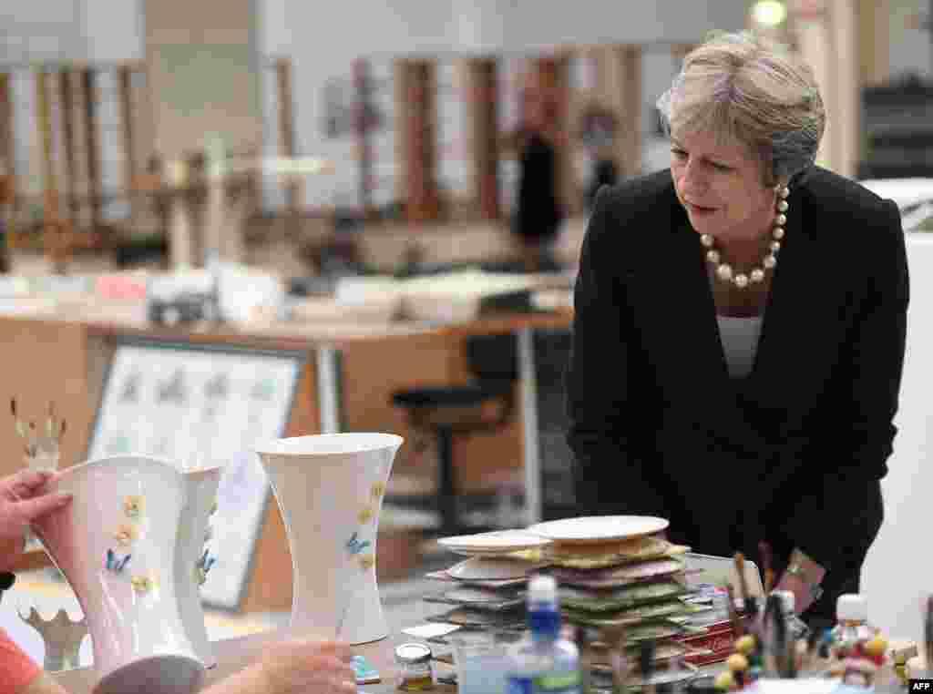 بازدید ترزا می، نخست وزیر بریتانیا از یک کارخارنه تولید ظروف چینی در ایرلند