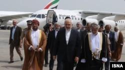 استقبال یوسف بن علوی وزیر خارجه عمان (راست) از همتای ایرانی خود در فرودگاه مسقط - فروردین ۱۳۹۴