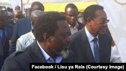 Le président Joseph Kabila, à gauche, accompagné du Premier ministre Bruno Tshibala, à droite, visite un stand lors du forum minier à Kolwezi, RDC, 14 septembre 2018. (Facebook/Lisu ya Rais)