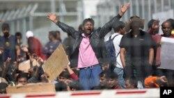 5일 그리스 레스보스 섬 모리아 캠프에 도착한 이민자들이 터키로의 송환 방침에 항의하고 있다. 이들은 대부분 파키스탄 출신이다.