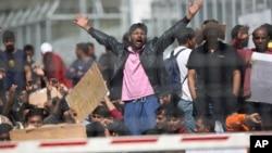 Para migran di pulau Lesbos, Yunani - sebagian besar dari Pakistan - memrotes upaya deportasi mereka ke Turki, Selasa (5/4).