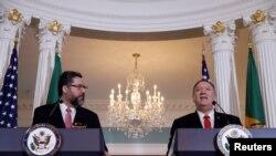 Menteri Luar Negeri AS Mike Pompeo (kanan) dan Menteri Luar Negeri Brasil Ernesto Araujo mengadakan konferensi pers bersama setelah pertemuan mereka di Departemen Luar Negeri di Washington, AS, 13 September 2019. (Foto: Reuters/Yuri Gripas)