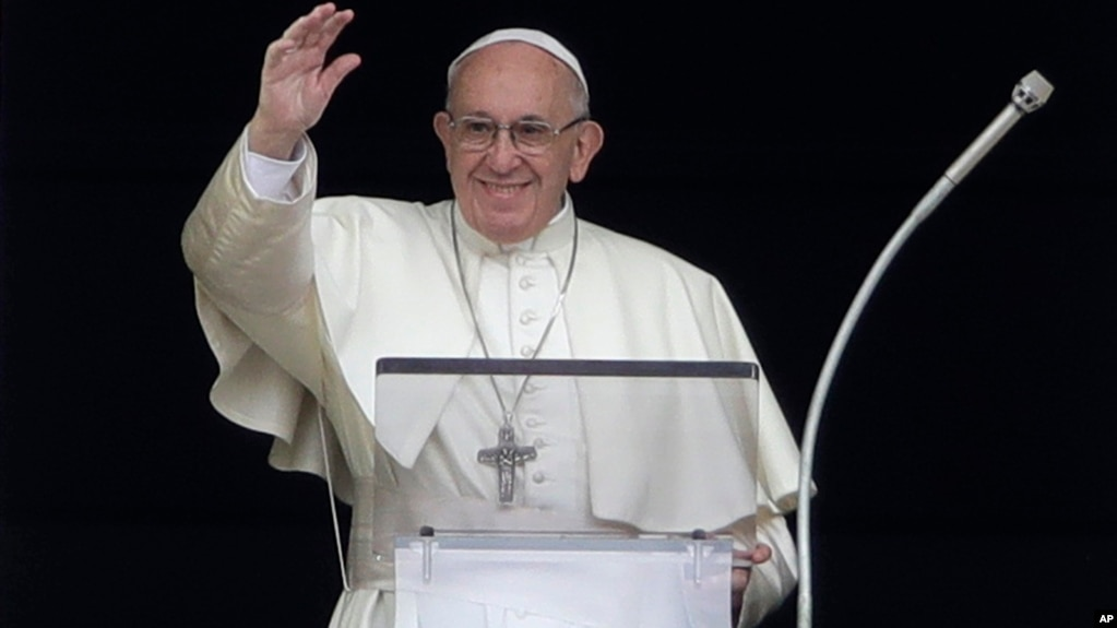 El papa Francisco bendice a los fieles mientras recita el Angelus desde la ventana de su estudio frente a la Plaza de San Pedro, en El Vatican. Domingo 7 de octubre de 2018. Foto: AP/Alessandra Tarantino.