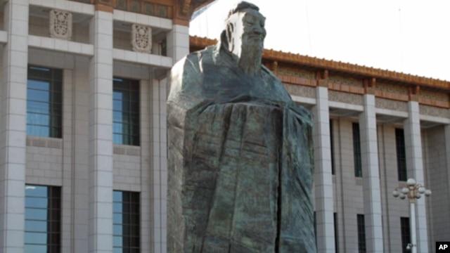 矗立在北京国家博物馆前的孔子雕像