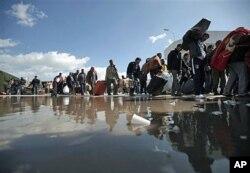Des personnes fuyant la violence près la frontière entre la Libye et la Tunisie