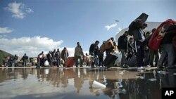 Des personnes fuyant la violence près la frontière entre la Libye et la Tunisie ( Archives)