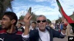 Seorang pengunjuk rasa menunjukkan amunisi yang ditemukannya pasca serangan milisi atas protes damai mereka di Tripoli, Liya (15/11).