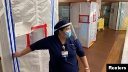 Medicinska sestra na ulazu u bolničku sobu u kojoj se nalaze pacijenti oboleli od koronavirusa u medicinskom centru u Oksnardu, u Kaliforniji, 9. jul 2020. (Foto: Rojters/Sandra Stojanovic)