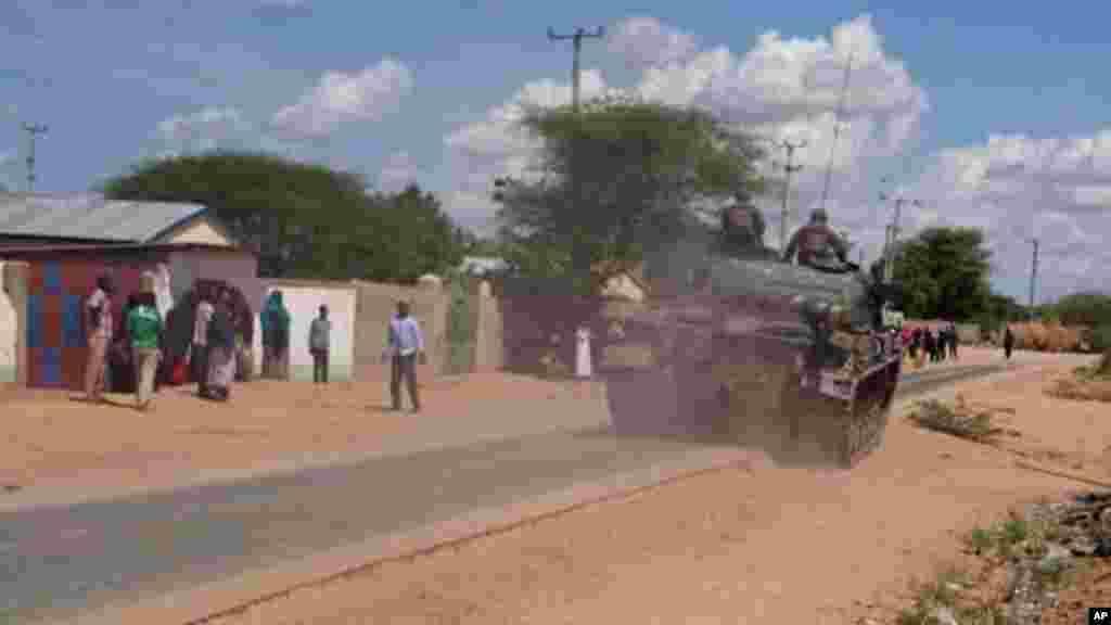Un char de l'armée kenyane fait mouvement vers l'université de Garissa, au Kenya, jeudi 2 avril 2015.