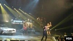 """Ricky Martin canta y baila """"Living la vida loca""""."""