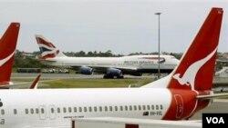 Pesawat milik maskapai penerbangan Qantas Airways sedang parkir di bandara Sydney (foto: dok.).