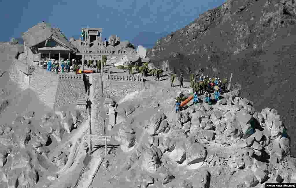 Para anggotaPasukan Bela Diri Jepang (JSDF)dan polisi setempat ikut ambil bagian dalan operasi penyelamatandekat puncak gunung berapi Ontake (29/9). Lebih dari 500 anggota tim penyelamat dikerahkan dalam pencarian korban erupsi gunung berapi di Jepang bagian tengah ini.