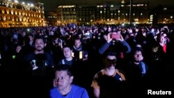 Manifestantes protestan en El Zócalo de México la desaparición de 43 estudiantes normalistas.
