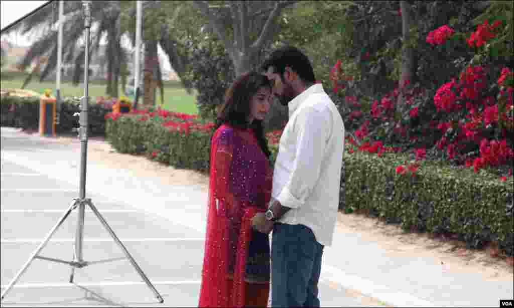 فلم بن روئے کے ایک منظر میں ہمایوں سعید اور مائرہ خان