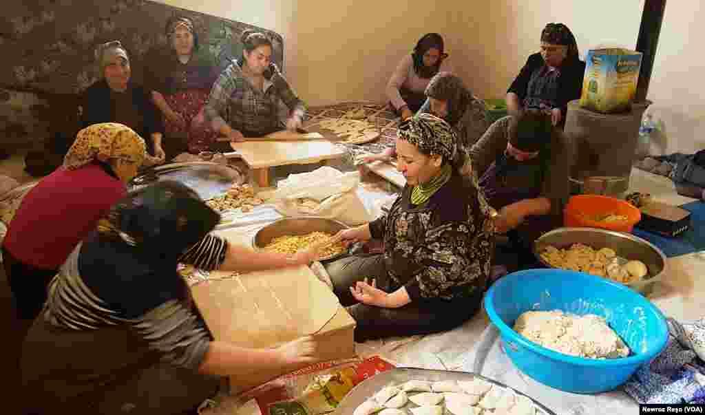 Dayikên Efrînê ji destpêbûna operasyonên Tirkîyê heta îro xwarinê ji zarokên xwe re amade dikin