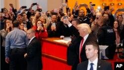 Tổng thống tân cử Donald Trump rời tòa nhà của báo New York Times ở New York ngày 22/11/2016.
