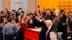 美国总统当选人唐纳德•川普在纽约时报总部会见其编辑、记者们后,在离开大楼时向群众伸出大拇指(2016年11月22日)