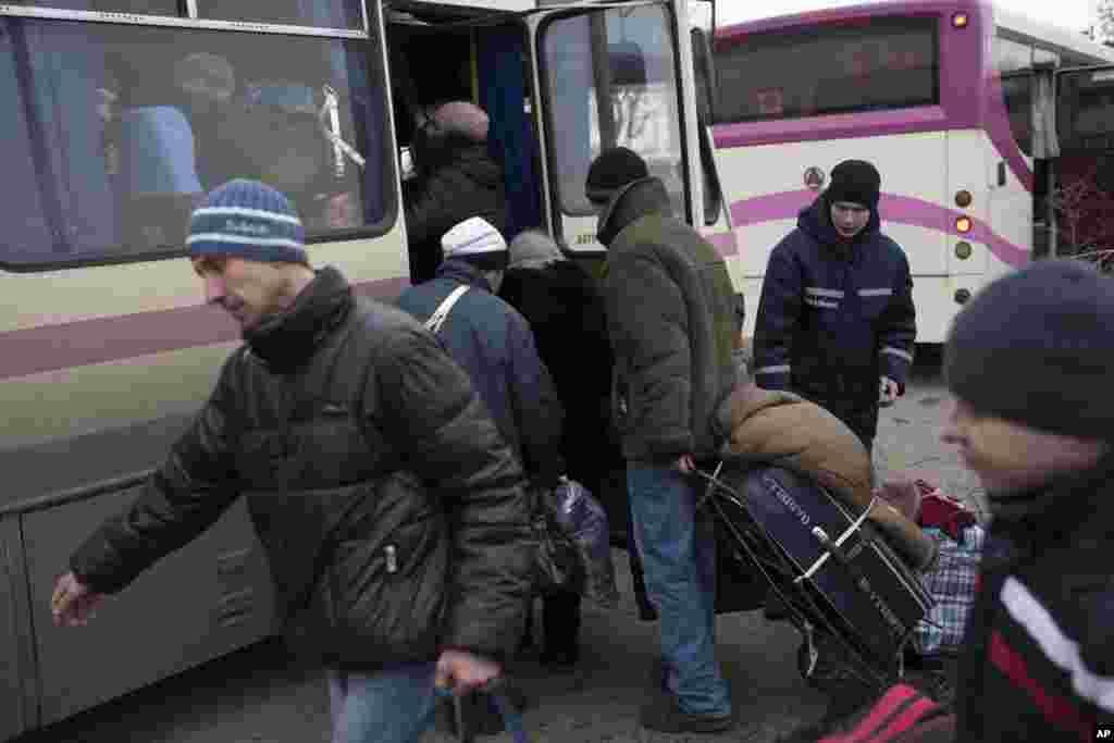 Civilians board a bus near Artemivsk, eastern Ukraine, Thursday, Feb. 5, 2015.