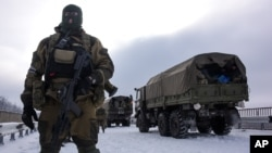 6일 우크라이나 동부 도네츠크 공항 인근에서 친러시아계 반군이 경계근무를 서고 있다.