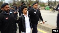 اسلام آباد میں پولیس مظاہرے میں شامل پی ٹی ایم کے کارکن کو گرفتار کر رہی ہے۔ 5 فروری 2019