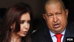 Analistas creen que Cristina Fernández ha cedido a presiones de su amigo el presidente venezolano, Hugo Chávez.