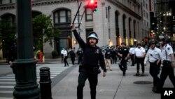 Cảnh sát truy tìm những người không rời đường phố sau lệnh giới nghiêm ở New York hôm 2/6.
