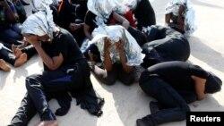 Des migrants après avoir été secourus par les gardes-côtes libyens à Tripoli, en Libye, le 18 juin 2018.