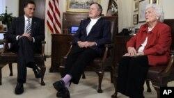 Romney y Bush padre tuvieron un encuentro con la prensa junto a la ex primera dama Bárbara Bush.