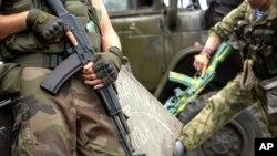 亲俄武装分子在顿涅茨克的列宁广场持枪巡逻。