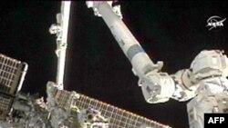 Hai phi hành gia Doug Wheelock (phải) và Tracy Cadwell Dyson đi bộ bên ngoài Trạm Không gian Quốc tế để thay thế ống bơm amoniac bị hư