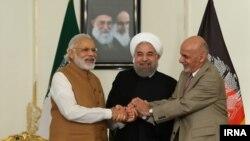 나렌드라 모디 인도 총리, 하산 로하니 이란 대통령, 아슈라프 가니 아프가니스탄 대통령(왼쪽부터)이 23일(현지시간) 차바하르 개발에 관한 3자 경제협약에 서명한 뒤 손을 맞잡고 있다.