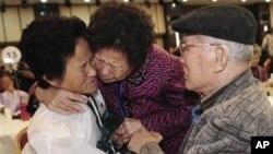 지난 2010년 북한 금강산에서 상봉한 남북한 이산가족들. (자료사진)