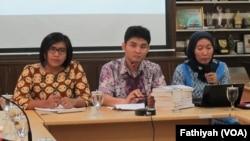 Siti Mazumah dari Divisi Pelayanan Hukum LBH Apik (kiri) dan Ahmad Lutfi Firdaus dari Divisi Perubahan Hukum LBH Apik(tengah) sedang memaparkan catatan akhir tahun kekerasan terhadap perempuan di kantor Komnas Perempuan, (VOA/Fathiyah Wardah)
