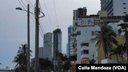 Un aviso en un edificio en Bocagrande, Cartagena, motiva a votar si por La Paz en el plebiscito. Mientras los preparativos continúan para la firma del acuerdo este lunes 26 de septiembre.