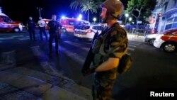 프랑스 남부 해안도시 니스에서 14일, 대형 트럭이 군중을 향해 돌진해 수십 명의 사상자가 발생한 가운데, 군인들이 사건 현장을 봉쇄하고 경계를 펼치고 있다.