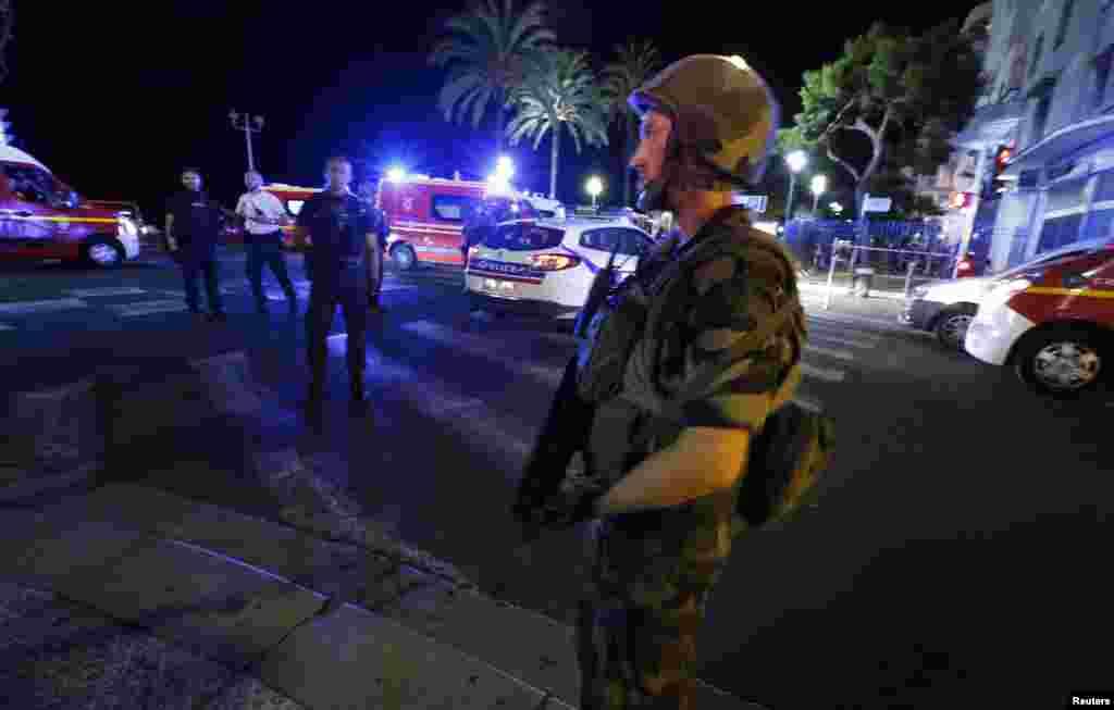 Des soldats français forment un cordon autour de la zone où plusieurs dizaines des personnes ont été tuées dans une attaque menée à l'aide d'un camion en pleine célébration de la fête nationale à Nice, France, 14 juillet 2016.