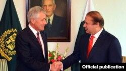 Міністр оборони Чак Гейґел (л) з прем'єр-міністром Навазом Шарифом