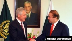 Perdana Menteri Pakistan Muhammad Nawaz Sharif berjabat tangan dengan Menteri Pertahanan Chuck Hagel di Islamabad, Senin (9/12).