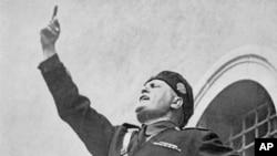 Faşıst İtaliyasının rəhbəri Benito Mussolini tələbələr qarşısında çıxış edir
