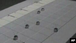"""Grupa majušnih robota na univerzitetu Georgia Tech """"svira"""" Betovenovu melodiju """"Za Elizu"""" na slici klavijature projektovanoj na podu"""