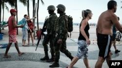 Militares brasileños patrullan la playa de Copacabana en Río de Janeiro, el 14 de febrero de 2017. Unos 2000 agentes custodiaran los festejos de Año Nuevo en Río, anunció el gobierno.
