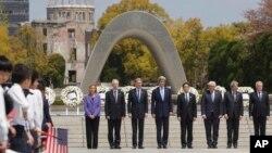 Para Menteri Luar Negeri negara-negara anggota G7 berforo bersama seusai meletakkan karangan bunga di Tugu Perdamaian di Hiroshima, Jepang (11/4). Dari kiri: utusan dari Uni Eropa Federica Mogherini, Stephane Dion (Kanada), Philip Hammond (Inggris), John Kerry (Amerika Serikat), Fumio Kishida (Jepang), Frank-Walter Steinmeier (Jerman), Paolo Gentiloni (Italia) dan Jean-Marc Ayrault (Perancis).