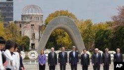 Ba minisitiri b'ububanyi n'amahanga b'ibihugu bya G-7, ku rwibutso rwa Hiroshima mu Buyapani