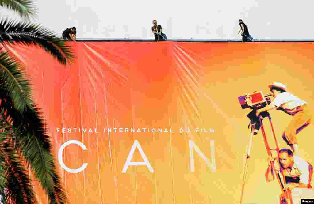 មនុស្សម្នាដំឡើងផ្ទាំងបដាផ្លូវការនៃការមហោស្រពភាពយន្ត Cannes លើកទី៧២ នៅខាងក្រៅអគារ នៅក្នុងក្រុង Cannes ប្រទេសបារាំង។