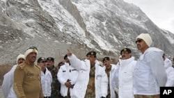 Tướng Pakistan Ashfaq Kayani (giữa) đến thăm các quân nhân gần khu vực bị tuyết lở