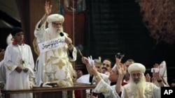 Quyền Giáo chủ Pachomios (giữa) cầm mảnh giấy có tên của Giám mục Tawadros tại một buổi lễ tại Nhà thờ Coptic Cairo, ngày 4/11/2012.