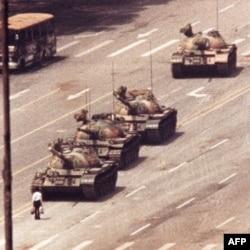'Người biểu tình vô danh' đứng chặn 1 đoàn xe tăng gần Thiên An Môn khi Quân đội Giải phóng Nhân dân Trung Quốc được triển khai đàn áp người dân, 05/06/1989
