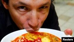 Ðầu bếp Bobby Chinn.