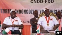 Général Evariste Ndayishimiye (G) na président Pierre Nkurunziza na congrès ya CNDD-FDD ma Gitega, Burundi, 26 janvier 2020.